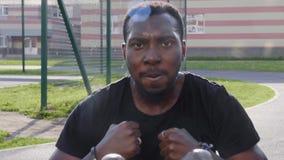 Schwarzer Mann, der Übung auf der Straße tut stock video
