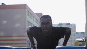 Schwarzer Mann, der Übung auf der Straße tut stock footage