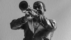 Schwarzer Mann der Bronzestatuette, der Trompete spielt lizenzfreie stockfotos