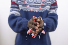 Schwarzer Mann, der in der Hand kleines norwegisches Konzept der Flaggen hält Stockfotos