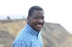 Schwarzer Mann an der Kalifornien-Küste Stockfotografie
