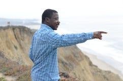 Schwarzer Mann an der Kalifornien-Küste Stockbilder