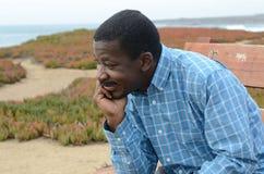 Schwarzer Mann an der Kalifornien-Küste Stockbild