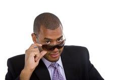 Schwarzer Mann in der Klage, die über Sonnenbrillen schaut Lizenzfreie Stockfotos
