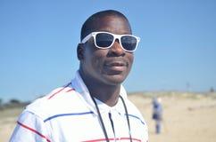 Schwarzer Mann in der Sonnenbrille, die Sie betrachtet Lizenzfreie Stockfotos