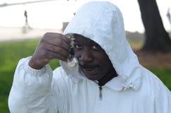 Schwarzer Mann, der Uhr anstarrt Stockfoto
