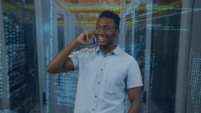 Schwarzer Mann, der um sein Telefon ersucht stock footage