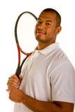 Schwarzer Mann-Holding-Tennis-Schläger auf Schulter stockfotografie