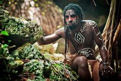 Schwarzer Mann mit Dreadlocks im Bild des Taino-Inders in seinem Lebensraum Stockfotografie