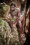 Schwarzer Mann mit Dreadlocks im Bild des Taino-Inders in seinem Lebensraum Lizenzfreies Stockfoto