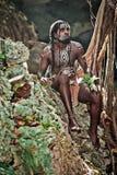 Schwarzer Mann mit Dreadlocks im Bild des Taino-Inders in seinem Lebensraum Stockbild
