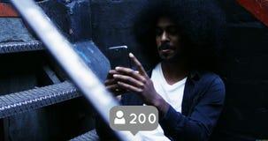 Schwarzer Mann mit einem Afro sitzt auf der Treppe 4k stock footage