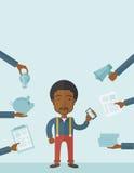 Schwarzer Mann mit Smartphone in der Hand Lizenzfreies Stockfoto