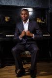 Schwarzer Mann nahe dem Klavier Stockfoto
