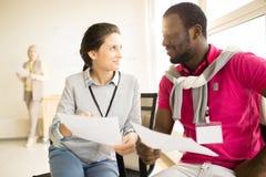 Schwarzer Mann und junge Frau, die einander betrachtet Lizenzfreie Stockbilder