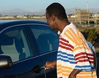 Schwarzer Mann und sein Auto Stockbilder