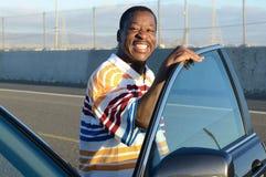 Schwarzer Mann und sein Auto Stockfotografie