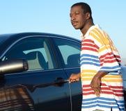Schwarzer Mann und sein Auto Stockfotos