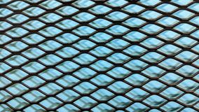 Schwarzer metallischer Grill auf hellblauem Papierhintergrund lizenzfreie abbildung