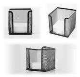 Schwarzer Metallnotizauflagenhalter mit leerem weißem Notizpapier. Stockbilder