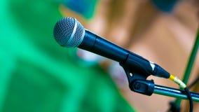 Schwarzer Mic Microphone With Stand lizenzfreie stockbilder