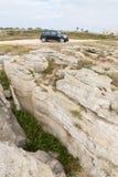 Schwarzer Mini Cooper nahe den Felsen Lizenzfreies Stockbild