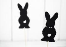 schwarzer Papier Osterhase auf weißem Hintergrund Lizenzfreie Stockbilder