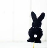 schwarzer Papier Osterhase auf weißem Hintergrund Lizenzfreies Stockfoto