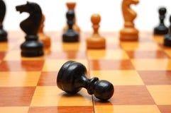 Schwarzer Pfandgegenstand wird auf Schachkrieg beendet stockbild