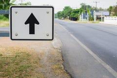 Schwarzer Pfeil auf weißem Verkehrszeichen Lizenzfreie Stockfotos