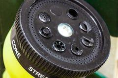 Schwarzer Plastikjustierbarer Sprinkler des gartenschlauches lizenzfreies stockfoto