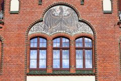 Schwarzer preussischer Adler auf erneuerter Fassade der Mittelstufe, Breslau, Polen Lizenzfreie Stockfotografie