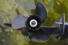 Schwarzer Propeller über dem Wasser stockfotos