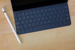 Schwarzer Protablet-computer, der auf tragbarer Tastatur folgendes t anschließt Lizenzfreie Stockfotografie