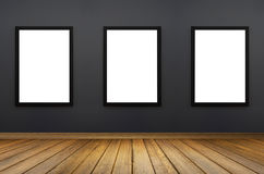 Schwarzer Rahmen drei, der an einer grauen Wand hängt weißes Isolat Perspektivenbretterboden für Inserenten Grafische Auslegung Lizenzfreies Stockbild