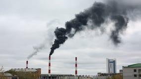 Schwarzer Rauch kommt vom Rohr Wärmeenergienetz CHP stock footage
