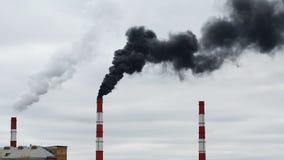 Schwarzer Rauch kommt vom Rohr Wärmeenergienetz CHP stock video footage