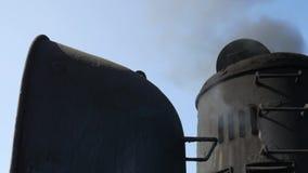 Schwarzer Rauch vom Fähren-Schiffs-Trichter Luft, die HD Slowmotion erschöpft thailand stock video footage