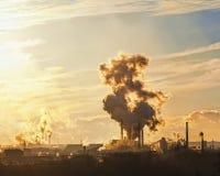 Schwarzer Rauch vom Kamin in Form von Herzen auf Himmelhintergrund Lizenzfreie Stockfotografie