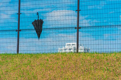 Schwarzer Regenschirm auf dem Zaun Lizenzfreies Stockbild