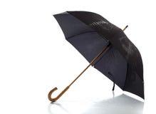 Schwarzer Regenschirm auf einem weißen Hintergrund Stockfoto