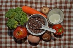 Schwarzer Reis mit Obst und Gemüse Stockbild