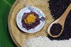Schwarzer Reis roh und reif Lizenzfreie Stockfotos