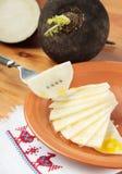 Schwarzer Rettichsalat mit Salz und Senfschmieröl Stockfotografie