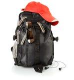 Schwarzer Rucksack mit roter Schutzkappe und Gläsern Stockfoto