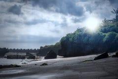 Schwarzer Sand-Strand auf Sonnenuntergang, Bali Island Lizenzfreie Stockfotos