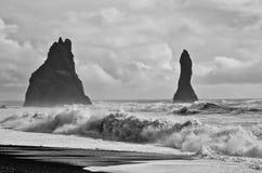 Schwarzer Sand-Strand mit Rogue Wave Stockfotografie