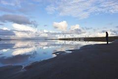 Schwarzer Sandstrand in dem isländischen Fluss Olfusa Stockbild