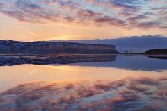 Schwarzer Sandstrand und der Berg Reynisfjall, Vik, Süd-Island im Winter oder im Sommer Panoramische Landschaft von Vulkanbergen lizenzfreie stockfotografie