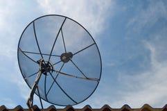 Schwarzer Sattellite Teller über blauem Himmel Lizenzfreie Stockfotografie